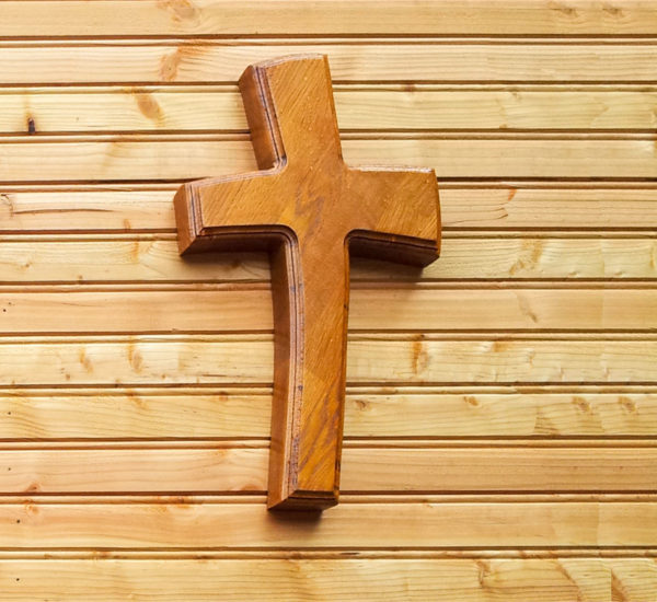 Holzkreuz an einer Wand